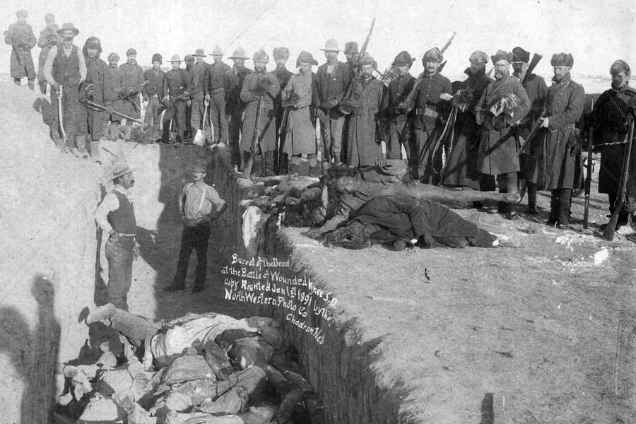 Massengrab mit toten Indianern nach dem Massaker von Wounded Knee 1890