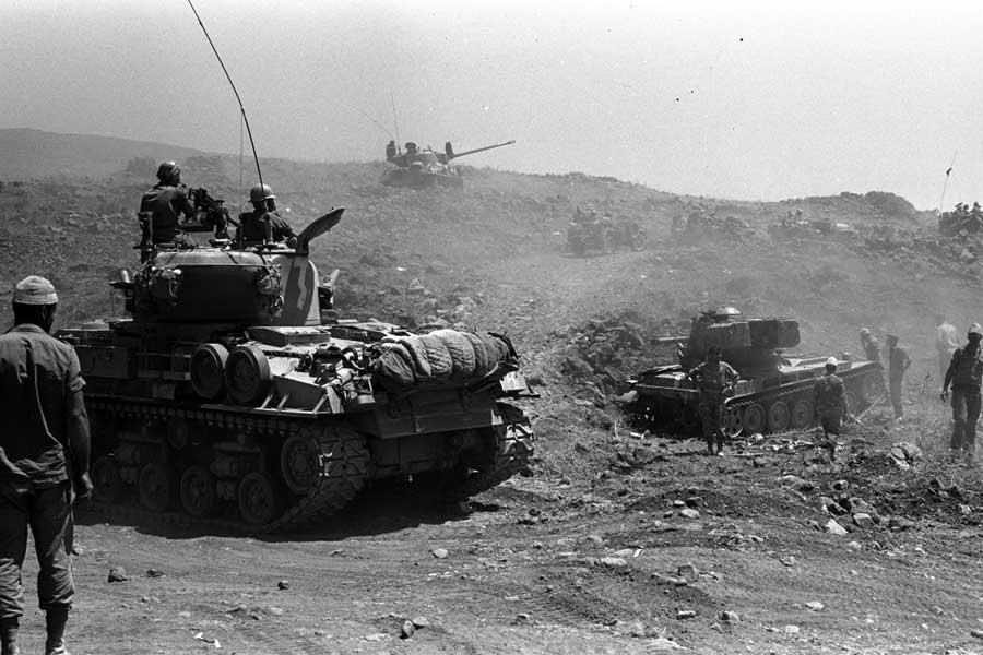 Israelische Panzer rücken im Sechstagekrieg 1967 auf die syrischen Golanhöhen vor.