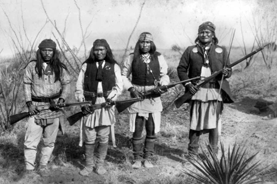 Der Apachen-Führer Geronimo (rechts) ergab sich 1886 der US-Armee, nachdem er in einen langjährigen Guerilla-Krieg um seine Freiheit gekämpft hatte.