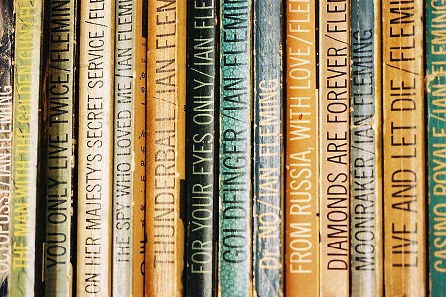 Zwischen 1953 und 1965 schrieb der britische Autor Ian Fleming 12 Bond-Romane und einige Kurzgeschichten, die - oftmals nur sehr lose - als Vorlage für die Filme dienen.
