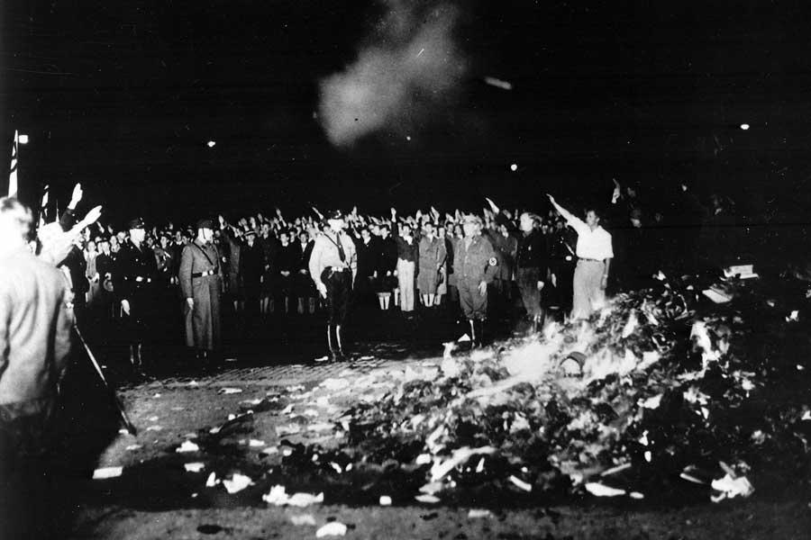 """Am 10. Mai 1933 wurden deutschlandweit in Universitätsstädten zahlreiche """"undeutsche"""" Bücher verbrannt - hier bei der zentralen Veranstaltung auf dem Berliner Opernplatz."""