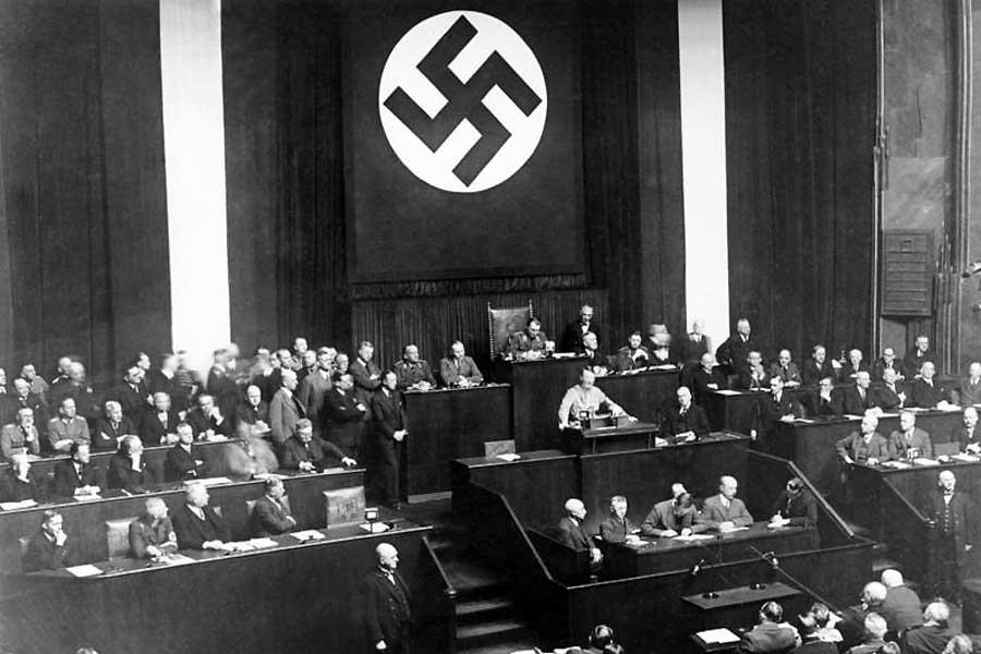 Am 23. März 1933 verabschiedete der Reichstag das Ermächtigungsgesetz, das die Gesetzgebungsgewalt vom Parlament auf die Regierung übertrug.
