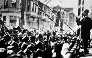 """Mustafa Kemal Pascha, genannt Atatürk - der """"Vater der Türken"""" - wurde ab 1919 zum Anführer der türkischen Opposition gegen den Sultan und zum Begründer der neuen, republikanischen Türkei. (hier bei einer Rede 1924 in Bursa)"""