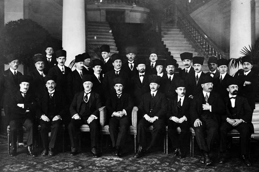 Die türkische Delegation bei der Friedenskonferenz von Lausanne, angeführt von Ismet Pascha (später: Ismet Inönü; vorn, 4. von links). Durch die Erfolge im Unabhängigkeitskrieg konnte die neue Republik Türkei auf Augenhöhe verhandeln.