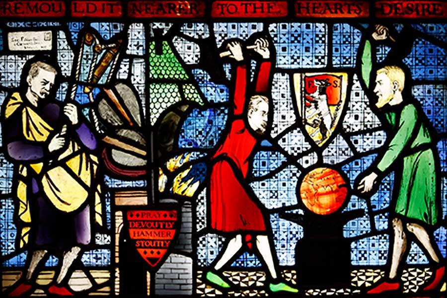 """Das berühmte """"Fabian Window"""" in der London School of Economics zeigt die Gründerväter der Hochschule, Sidney Webb und Bernard Shaw, beim Schmieden der Welt."""