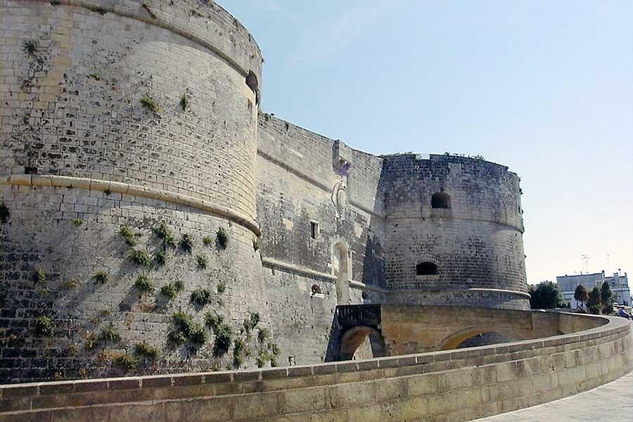 Die Festung Otranto bewachte die Meerenge zwischen Italien und Albanien. Ihr Besitz garantierte die Kontrolle über die Adria - und konnte zugleich ein Brückenkopf für die Invasion Italiens sein.